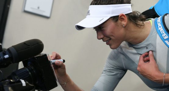 Garbine Muguruza signs camera