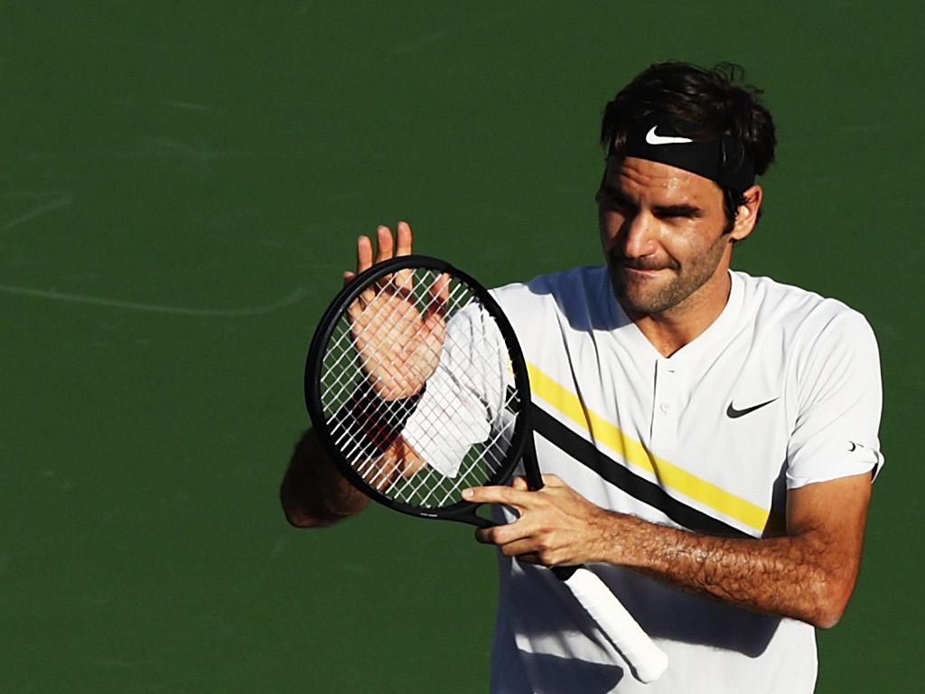 Roger Federer applauding fans