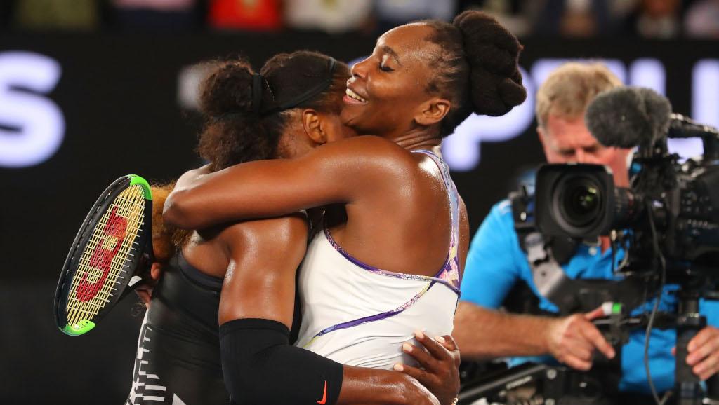 Serena Williams and Venus Williams hugging
