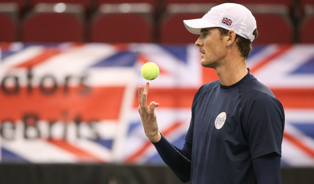 Jamie Murray tossing a ball