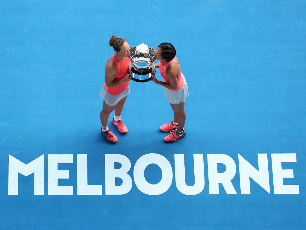 Sam Stosur and Shuai Zhang with Australian Open trophy