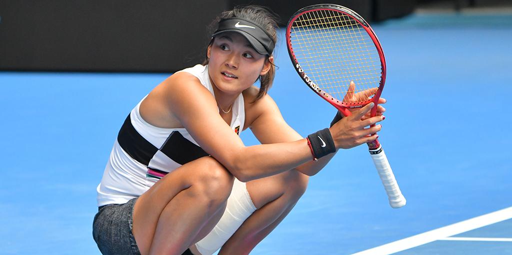 Wang Yafan crouching