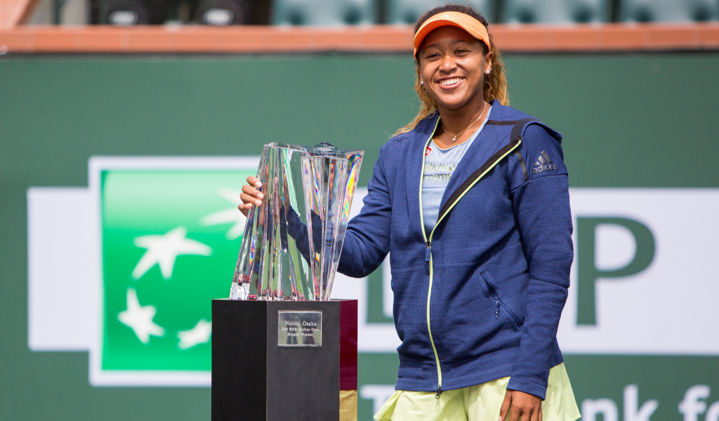 Naomi Osaka with Indian Wells trophy