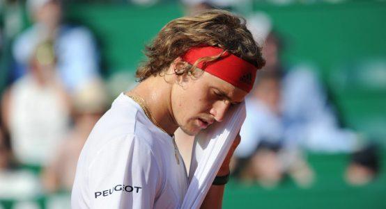 Alexander Zverev wiping his face