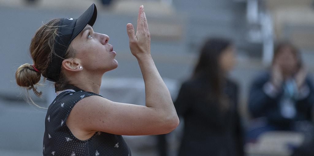 Simona Halep blows kiss after win PA