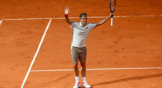 Roger Federer salutes the crowd