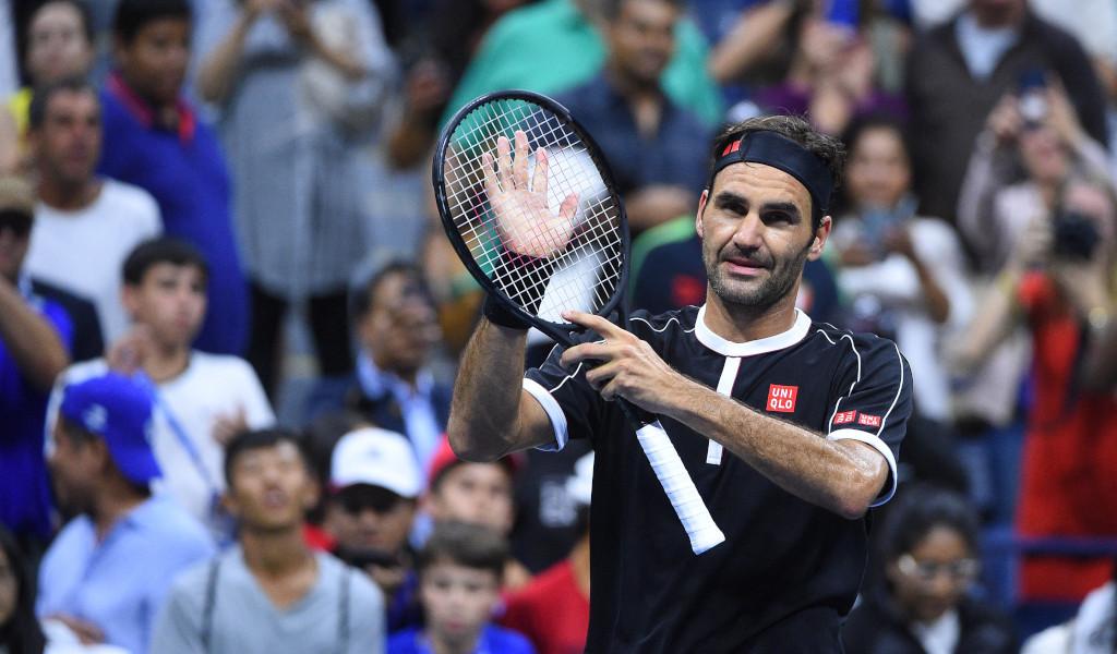 Roger Federer applauding