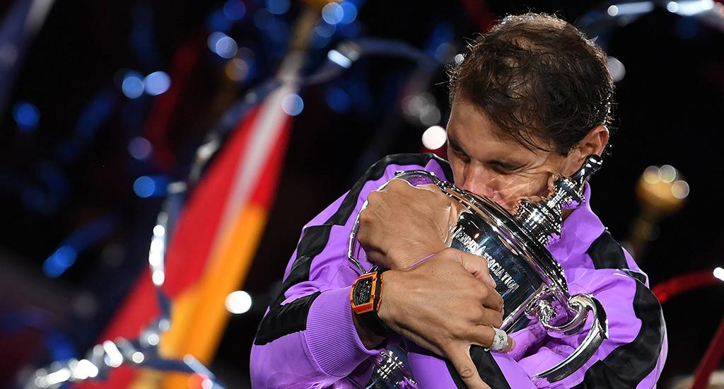 Rafael Nadal étreignant le trophée de l'US Open