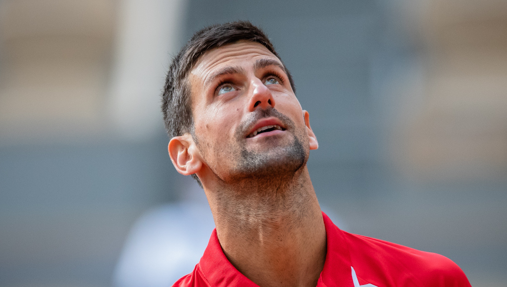 Novak Djokovic looking to the sky
