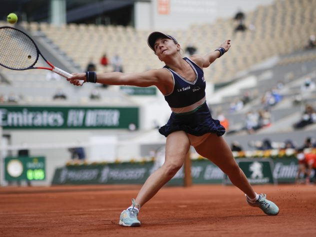 Nadia Podoroska stretches for a backhand against Iga Swiatek