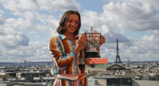 Iga Swiatek with French Open trophy