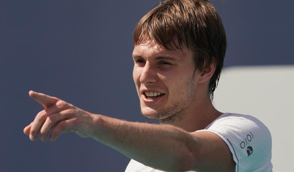 Alexander Bublik pointing