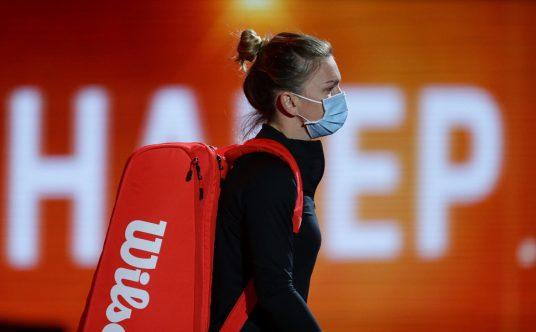Simona Halep arrives on court