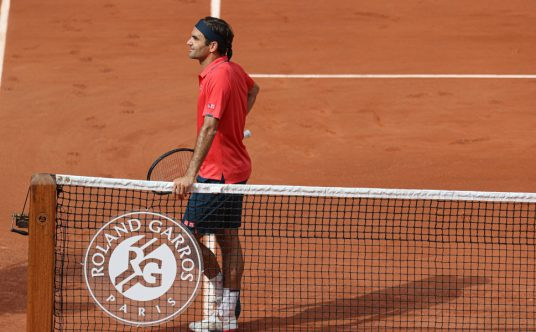 Roger Federer talking with the chair umpire