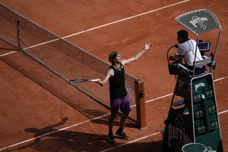 Alexander Zverev argues with chair umpire