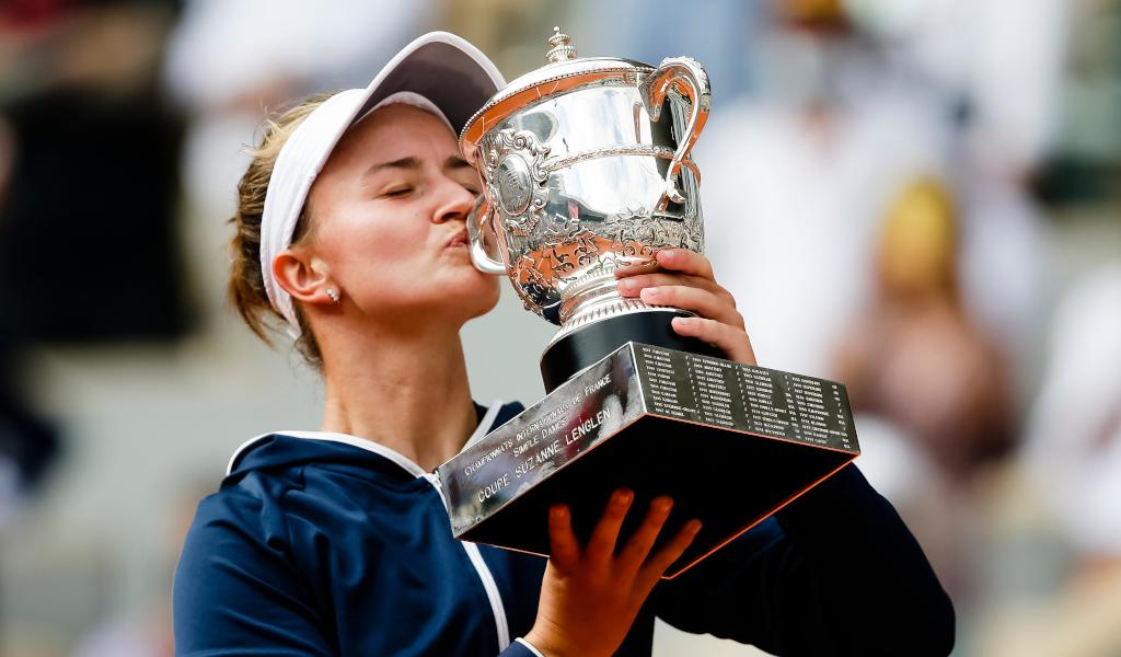 Barbora Krejcikova kisses French Open trophy