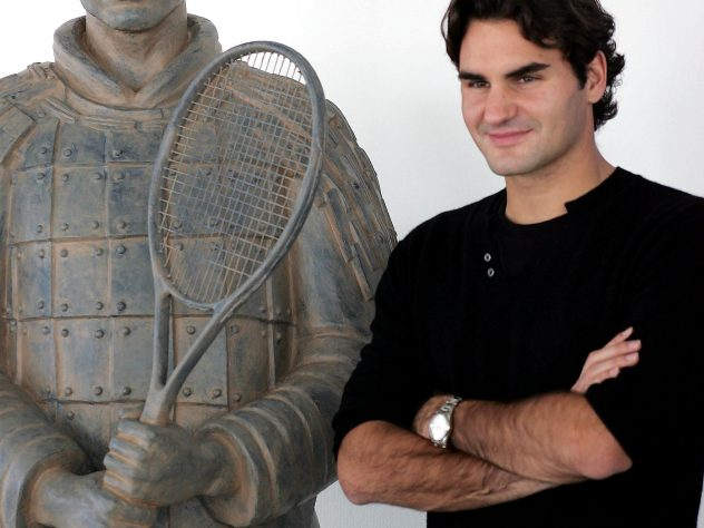 Federer poses alongside a terracotta warrior sculpture of himself at the 2007 Madrid Masters tournament