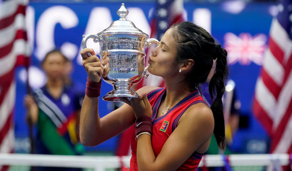 Sealed with a kiss. Emma Raducanu with the US Open trophy