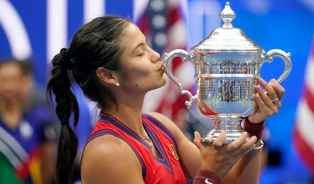 Emma Raducanu kisses US Open trophy