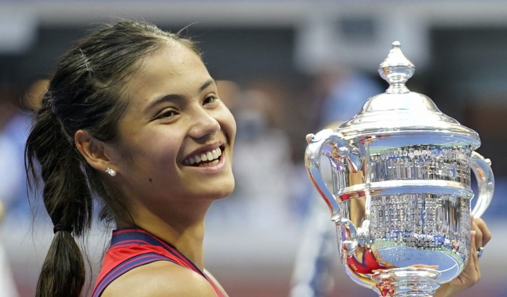 Emma Raducanu with US Open trophy